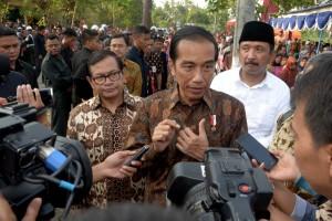 Presiden Jokowi didampingi Seskab Pramono Anung menjawab pertanyaan jurnalis usai meninjau PMT, Senin (19/9), di Ponorogo. (Foto: Humas/Oji)