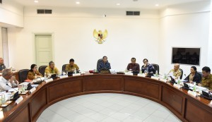 President Joko Widodo leads a Limited Meeting on Social Forestry at the Presidential Office, Jakarta (21/9)
