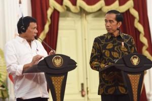 Presiden Jokowi dan Presiden Duterte memberikan pernyataan pers bersama, Jumat (9/9), di Istana Merdeka, Jakarta. (Foto: Humas/Rahmat)