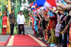 Presiden Jokowi dan Presiden Duterte menghampiri siswa sekolah yang turun hadir dalam upacara kenegaraan, Jumat (9/9), di Istana Merdeka, Jakarta. (Foto: Humas/Rahmat)