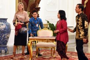 residen Jokowi didampingi Ibu Negara Iriana Joko Widodo menerima kunjungan Ratu Maxima selaku Utusan Khusus PBB untuk Inklusi Keuangan, Kamis (1/9) pagi, di Istana Merdeka, Jakarta.