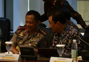 Kapolri Jend Tito Karnavian berbincang dengan Kepala BIN Budi Gunawan sebelum rapat terbatas, di kantor kepresidenan, Jakarta, Selasa (20/9) sore. (Foto: Deny S/Humas)