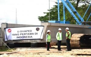 Presiden Jokowi berbincang dengan Dirut PT Adhi Karya Budi Harto disaksikan Menteri BUMN, saat meninjau pembangunan proyek LRT, di Cibubur, Jakarta, Jumat (30/9) pagi. (Foto: Rahmat/Humas)