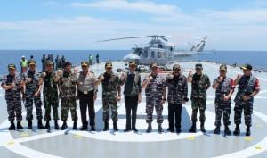 Presiden Jokowi berfoto bersama para pimpinan yang terlibat dalam latihan Armada Jaya XXIV/2016, di Laut Jawa Utara Madura, Rabu (14/9). (Foto: Biro Setpres)