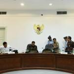Suasana menjelang rapat terbatas yang dipimpin oleh Presiden Jokowi, di Kantor Presiden, Jakarta, Selasa (27/9) siang. (Foto: JAY/Humas)