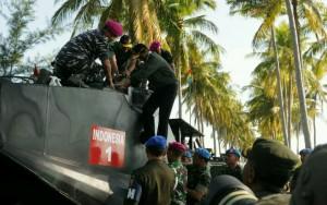 Presiden Jokowi naik ke atas kendaraan tempur untuk menyaksikan latihan Armada Jaya ke-34, di Situbondo, Jatim, Kamis (15/9) pagi. (Foto: JAY/Humas)