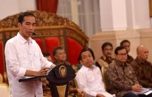 Presiden Jokowi memberikan pengantar pada Sidang Kabinet Paripurna, di Istana Negara, Jakarta, Jumat (9/9) pagi. (Foto: Agung/Humas)