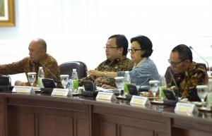 Kepala Staf Presiden Teten Masduki, Menteri PPN/Kepala Bappenas Bambang Brodjonegoro, Menkeu Sri Mulyani, Menaker Hanif Dakhiri, saat menghadiri rapat terbatas, di kantor kepersidenan, Jakarta, Jumat (16/9) sore. (Foto: Rahmat/Humas)