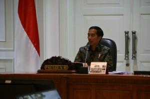 Presiden Jokowi saat memimpin rapat terbatas di kantor kepresidenan, Jakarta, Selasa (20/9) sore. (Foto: Deny S/Humas)