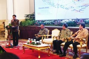Presiden Jokowi saat memberikan sambutan dalam peresmian Financial Close, Proyek Jaringan Sehat Optik Palapa Ring Tengah dan Penandatanganan Perjanjian Kerja sama Proyek Jaringan Serat Optik Palapa Ring Timur dengan PT. Palapa Timur Telematika, di Istana Negara, Jakarta, Kamis (29/9) sore. (Foto: Humas/Agung)
