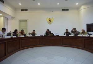 Presiden Jokowi memimpin rapat terbatas mengenai RUU Penyelenggaraan Pemilu, di kantor presiden, Jakarta, Selasa (13/9) sore. (Foto: Deny S./Humas)
