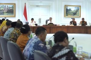 Presiden Jokowi memimpin ratas masalah Perkembangan APBNP Tahun 2016 dan RAPBN Tahun 2017, di Kantor Presiden, Jakarta, Jumat (16/9) sore. (Foto: Rahmat/Humas)