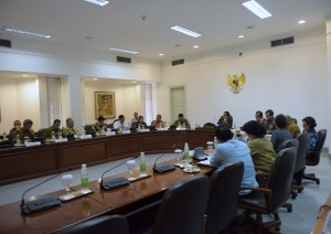 Presiden Joko Widodo memimpin rapat terbatas membasan masalah industri kelautan dan perikanan, di kantor presiden, Jakarta, Selasa (13/9) siang. (Foto: Deny. S/Humas)
