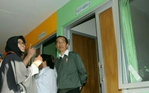 Presiden Jokowi saat meninjau Rumah Pemulihan Gizi (RPG) di Situbondo, Rabu (14/9) siang. (Foto: Humas/Dina)