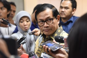 Seskab menjawab pertanyaan usai Rapat Terbatas, di Kantor Presiden, Jakarta,  Jumat (30/9) sore. (Foto: Humas/Rahmat)
