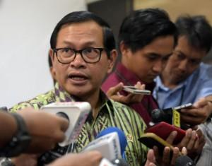 Seskab Pramono Anung menjawab wartawan soal reklamasi Teluk Jakarta, di aula Gedung III Kemensetneg, Jakarta, Kamis (15/9) pagi. (Foto: Rahmad/Humas)