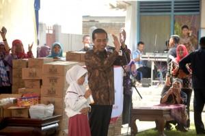 Presiden Jokowi bertepuk tangan saat seorang siswi SD berhasil menjawab pertanyaannya, di SDN 3 Karangpatihan, Desa Karangpatihan, Kecamatan Balong, Kabupaten Ponorogo, Senin (19/9) siang. (Foto: OJI/Humas)