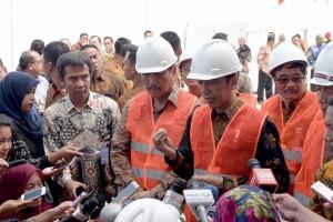 Presiden menjawab pertanyaan wartawan usai peresmian Terminal 1 Petikemas Kalibaru, Selasa (13/9) pagi. (Foto: Humas/Oji)