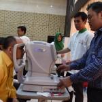 Para pegawai Setkab melakukan tes kesehatan mata saat Sosialisasi Kesehatan Mata, di Gedung III Kemensetneg, Jakarta, Rabu (28/9) pagi. (Foto: Rahmat/Humas)