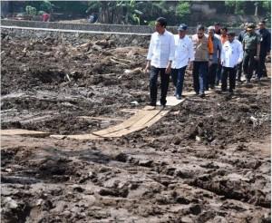 Presiden Jokowi saat meninjau lokasi bencana banjir bandang, di Kabupaten Garut, Jabar, Kamis (29/9) kemarin.