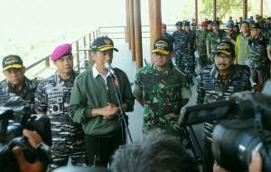 Presiden Jokowi menjawab wartawan usai menyaksikan pendaratan Korps Marinir Armada Jaya TNI AL ke 34, di Baluran, Situbondo, Jatim, Kamis (15/9) pagi. (Foto: JAY/Humas)