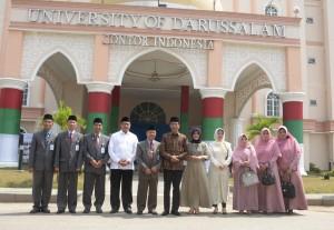 Presiden Jokowi dan Ibu Negara Iriana didampingi Menko PMK dan Menteri Agama berpose bersama pimpinan UNIDA Gontor, di kampus UNIDA Gontor, Ponorogo, Senin (19/9) pagi. (Foto; OJI/Humas)
