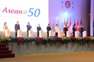 """Presiden Jokowi bersama para pemimpin negara ASEAN meluncurkan logo """"Visit ASEAN250"""" pada pembukaan KTT ASEAN, di NCC, Vientiane, Laos, Selasa (6/9) siang. (Foto: Edi N/Humas)"""