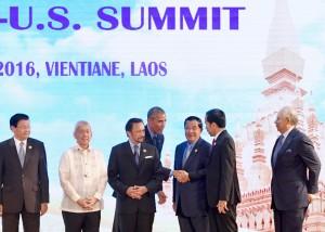 Presiden Jokowi berjabat tangan dengan Presiden Obama pada KTT ASEAN - AS, Kamis (8/9), di NCC, Vientiane, Laos. (Foto: Setpres/Laily)