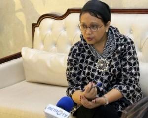Menlu Retno Marsudi memberikan keterangan pers mengenai agenda Presiden Jokowi di Laos, Senin (5/9), di Lobi Dhon Chan Palace, Vientiane, Laos. (Foto: Humas/Edi N)