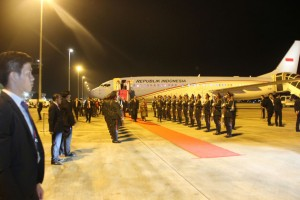 Ketibaan Presiden dan Ibu Iriana Jokowi di Vientiane, Laos, Senin (5/9) malam. (Foto: Humas/Edi N)