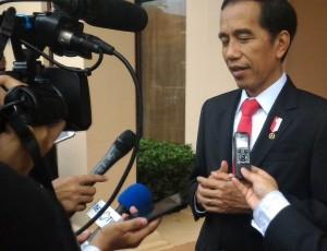 Presiden menjawab pertanyaan jurnalis sebelum kepulangannya ke Jakarta, Kamis (8/9) sore, di Vientiane, Laos. (Foto: Setkab)