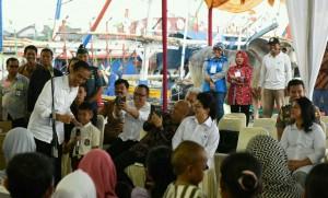 Presiden Jokowi berbincang-bincang dengan siswa SD, di TPI Karangantu, Serang, Minggu (11/9) sore. (Foto: Humas/Jay)