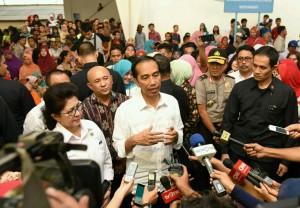 Presiden Jokowi menjawab pertanyaan wartawan, Minggu (11/9), di TPI Karangantu, Serang. (Foto: Humas/Jay)