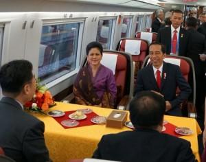 Presiden dan Ibu Negara Iriana Jokowi dalam perjalanan dari Hangzhou menuju Shanghai, Sabtu (3/9) pagi. (Foto: Humas/Dindha)