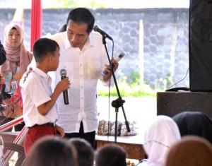 Presiden berdialog dengan salah satu siswa SD, di Desa Linggar, Rancaekek, Kabupaten Bandung, Sabtu (17/9). (Foto: Humas/Agung)
