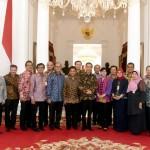 Presiden Jokowi bersama para ekonom dan pengusaha usai pertemuan di Istana Merdeka, Jakarta, Kamis (22/9). (Foto: BPMI/Cahyo)