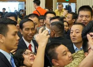 Presiden Jokowi diajak swafoto oleh seorang peserta yang ikut dalam pertemuan dengan diaspora di RRT, di Shanghai Mart, Sabtu (3/9) siang waktu setempat. (Foto: Humas/Dindha)