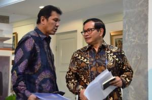 Seskab Pramono Anung dan Menpan-RB Asman Abnur sebelum memberikan keterangan pers, di Kantor Presiden, Jakarta, Selasa (20/9) sore. (Foto: Humas/Deni)