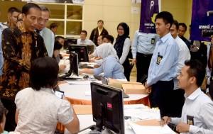 Presiden Jokowi berbincang dengan petugas pelayanan pajak saat sidang di kantor Pajak, Jakarta, Rabu (28/9) pagi. (Foto: Cahyo/BPMI Setpres)