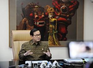 Seskab Pramono Anung memberi keterangan pers di ruang kerja, Jumat (14/10). (Foto: Humas/Deni)