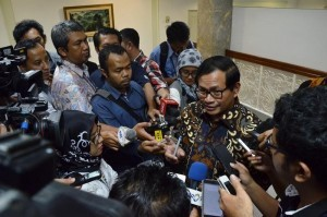 Cabinet Secretary Pramono Anung responds to reporters' questions after a limited meeting on Tuesday (20/9), at the Presidential Office, Jakarta