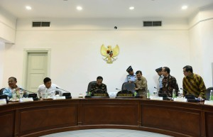President Jokowi (center) before a limited meeting on Thursday (27/9), at the Presidential Office, Jakarta