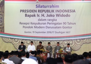 President Jokowi together with Minister of Religious Affairs Lukman Hakim Saifuddin while attending the 90th Anniversary of the Darussalam Modern Islamic Boarding School Gontor some time ago. (Photo: PR/Oji)