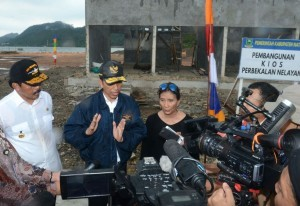 President Jokowi, accompanied by Minister of Marine Affairs and Fisheries Susi Pudjiastuti and Governor of Riau Islands Nurdin Basirun, gives statement to journalists in Natuna, Thursday (6/10). (Photo: BPMI)