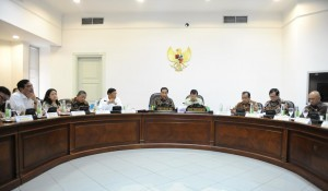 President Joko Widodo leads a limited meeting on Legal Reforms, at the Presidential Office, Jakarta, on Tuesday (11/10) afternoon (Picture: Jay/Public Relations Office)