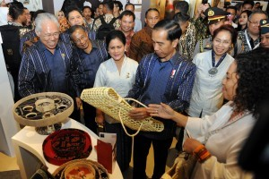 President Jokowi and First Lady Ibu Iriana Jokowi take a look at handicraft products exhibited at JIEXPO, Kemayoran, on Wednesday (12/10) (Picture: Public Relations Office/Rahmat)