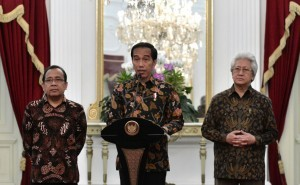 President Jokowi delivers a press statement on the passing of King Bhumibol of Thailand. (Photo by: Bureau of Press and Media/Presidential Secretariat/Intan)