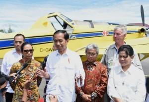 President Jokowi gives a statement to reporters after launching one fuel price policy, in Yahukimo, Papua, on Tuesday (18/10) afternoon. (Photo: Rusman/Presidential Secretariat)