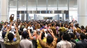 President Jokowi was surrounded by locals when paying an impromptu visit 'blusukan' to Manado Town Square, on Tuesday (18/10) evening. (Photo: Rusman/Presidential Secretariat)