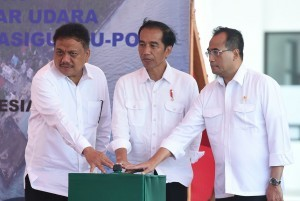 President Jokowi, accompanied by Transportation Minister and North Sulawesi Governor, presses a button to mark the inauguration of Miangas Airport in Talaud Regency, North Sulawesi, Wednesday (19/10) (Photo by: Rusman/Presidential Secretariat)